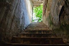 与台阶的老筒仓 免版税库存图片