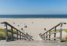 与台阶Maasvlakte的海滩入口 库存照片