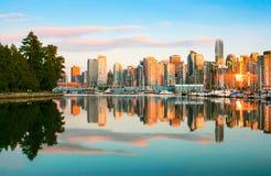 与史丹利公园日落的,不列颠哥伦比亚省,加拿大的温哥华地平线 库存照片