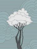 与叶子云彩的树 免版税库存照片