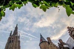 与叶子和中世纪大厦的框架 免版税库存图片