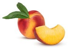 与叶子和切片的成熟桃子果子 免版税库存照片