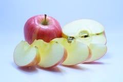 与叶子和切片的红色苹果 免版税库存图片