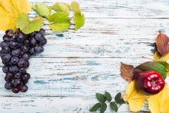 与叶子和果子的秋天构成 在老木头background.valentines日主题 免版税库存照片