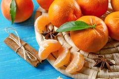 与叶子和桂香的蜜桔桔子在木背景 免版税库存图片