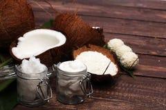 与叶子和椰子油的椰子在瓶子 免版税库存图片