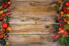 与叶子和锥体的秋天背景在老桌上 库存图片