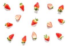 与叶子特写镜头宏指令的草莓被隔绝的 免版税库存照片