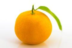 与叶子的一个蜜桔在白色 免版税图库摄影