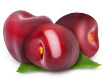 与叶子的三棵新鲜的成熟红色樱桃 库存照片
