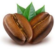 与叶子的两发光的新鲜的烤咖啡豆 免版税库存照片