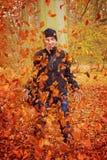 与叶子的乐趣 免版税库存图片