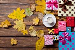 与叶子的咖啡和季节礼物 库存照片