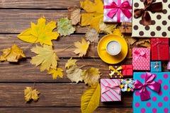 与叶子的咖啡和季节礼物 图库摄影