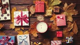 与叶子的咖啡和季节礼物 免版税图库摄影