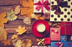 与叶子的咖啡和季节礼物 库存图片