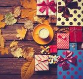 与叶子的咖啡和季节礼物 免版税库存图片