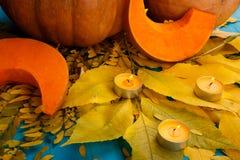 与叶子的大鲜美秋天南瓜在蓝色背景 在倾吐的餐馆沙拉的主厨概念食物新鲜的厨房油橄榄 库存照片