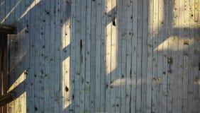 与叶子的室外木地板 免版税库存图片