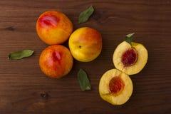 与叶子的成熟油桃 免版税库存照片