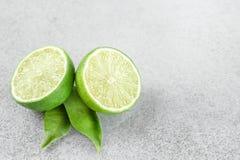与叶子的成熟绿色石灰柑桔 免版税图库摄影