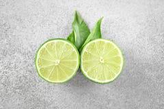 与叶子的成熟绿色石灰柑桔 库存照片