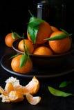 与叶子的新鲜的橘子果子 图库摄影