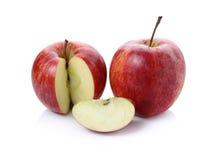 与叶子的新鲜的红色在awhite背景的苹果和切片 库存图片