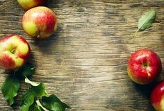 与叶子的新鲜的苹果在木背景 库存照片