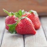 与叶子的新鲜的草莓 免版税库存照片