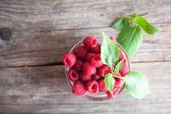 与叶子的新鲜的莓在木背景 免版税库存图片