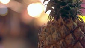 与叶子的新鲜的菠萝反对明亮的霓虹诗歌选 影视素材