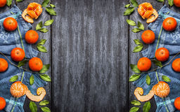 与叶子的新鲜的蜜桔在蓝色土气木背景,顶视图 图库摄影