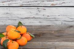 与叶子的新鲜的蜜桔 库存图片