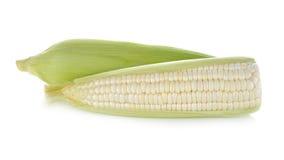 与叶子的未煮过的白色玉米在白色 免版税库存照片