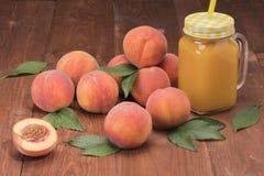 与叶子的桃子新鲜的新的庄稼 库存照片