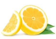 与叶子的水多的黄色柠檬切片 图库摄影