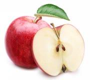 与叶子和切片的红色苹果。 免版税库存图片