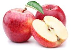 与叶子和切片的红色苹果。 库存图片