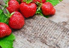 与叶子的草莓 图库摄影