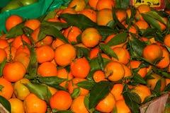 与叶子的蜜桔在市场摊位 库存图片
