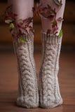 与叶子的被编织的羊毛温暖的袜子 库存图片