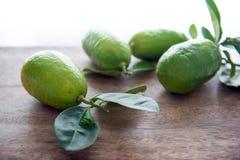 与叶子的Fresg有机绿色柠檬 库存照片