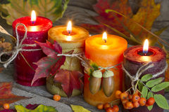 与叶子葡萄酒摘要静物画的秋天蜡烛 库存图片