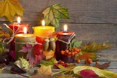 与叶子葡萄酒摘要静物画的秋天蜡烛 免版税库存图片