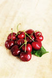 与叶子,小景深的新鲜的樱桃 免版税库存照片