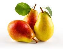 与叶子,特写镜头的成熟水多的梨 免版税图库摄影