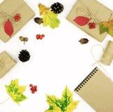 与叶子,礼物的秋天构成在工艺纸,文本的笔记薄包装了 免版税图库摄影
