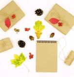 与叶子,礼物的秋天构成在工艺纸,文本的笔记薄包装了 库存照片