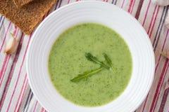 与叶子rukola,芝麻菜的绿色大蒜奶油汤,健康 库存照片
